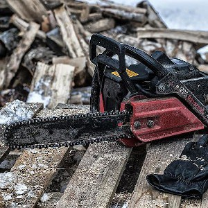 how to clean a chainsaw featured
